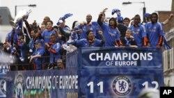 Klub Inggris, Chelsea melakukan parade kemenangan setelah menjuarai Liga Champions tahun 2012 (foto: dok). Chelsea kembali maju ke 16 besar Liga Champions.