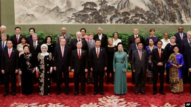 Ông Tập chụp ảnh chung với các quan chức dự hội nghị thượng đỉnh.