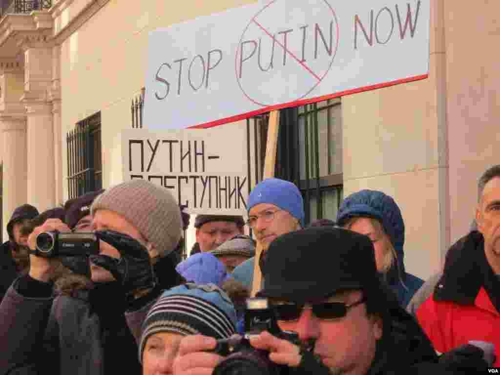 نیو یارک میں بھی مقتول روسی حزب مخالف کے رہنما کی یاد میں ریلی نکالی گئی۔