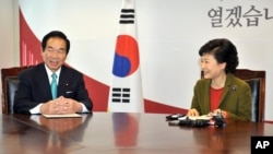South Korea's president-elect Park Geun-hye, right, talks with Fukushiro Nukaga, the special envoy of Japanese Prime Minister Shinzo Abe, during their meeting at Park's office in Seoul, January 4, 2013.
