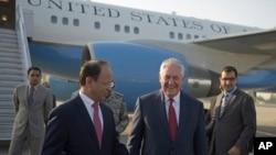 렉스 틸러슨 미국 국무장관(가운데)이 24일 파키스탄 누르칸 공군기지에 도착했다.