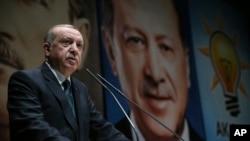 ប្រធានាធិបតីតួកគី Tayyip Erdogan ថ្លែងនៅស្នាក់ការគណបក្សយុត្តិធម៌និងការអភិវឌ្ឍ របស់លោក នៅទីក្រុងអង់ការ៉ា កាលពីថ្ងៃទី៣០ មីនា ២០១៨។