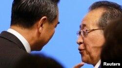 지난해 9월 중국 베이징에서 열린 6자회담 10주년 기념 세미나에서 김계관 북한 외무성 제1부상(오른쪽)과 왕이 중국 외교부장이 대화하고 있다.