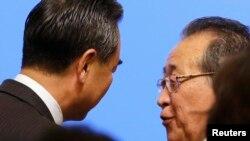 지난해 9월 중국 베이징에서 열린 6자회담 10주년 기념 세미나에서 김계관 북한 외무성 제1부상(오른쪽)과 왕이 중국 외교부장이 대화하고 있다. (자료사진)