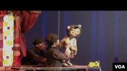 """Lutkarsko pozorište """"Mesec od papira"""" iz Indonezije za vreme nastupa u Kenedi centru u Vašingtonu."""