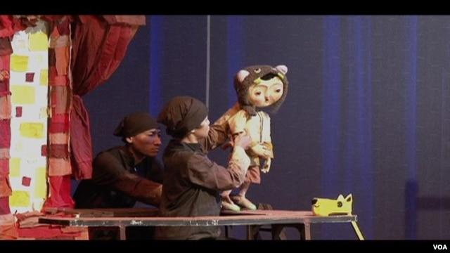 Kelompok teater boneka Papermoon Puppet Theater dari Yogyakarta, tampil di gedung Kennedy Center, Washington DC. (VOA)