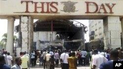 Warga berkumpul di depan kantor harian 'This Day', Abuja, Nigeria (26/4). Pembom bunuh diri meledakkan sebuah mobil penuh berisi bahan peledak di kantor harian yang paling gberpengaruh di ibukota Nigeria ini.