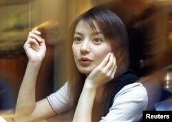 2001年7月1日的赵薇,她那时由于两岸合拍的电视剧《还珠格格》而成名