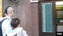 莫斯科街头越来越多的换汇点可兑换人民币。这家兑换点6月18日人民币和港币的买入和卖出价分别是,人民币:7.85,8.9/港币:6.05,7.3。(美国之音白桦拍摄)