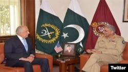 پاکستان کے آرمی چیف جنرل قمر جاوید باجوہ اور زلمے خلیل زاد (فائل فوٹو)
