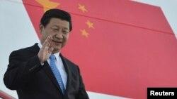 习近平主席在9月4日,20国峰会举行前一天在圣彼得堡走下阶梯