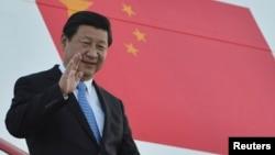 中国国家主席习近平在2013年9月4日,20国峰会举行前一天在俄罗斯的圣彼得堡走下阶梯的照片。