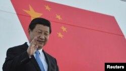 中國國家主席習近平在2013年9月4日,20國峰會舉行前一天在俄羅斯的聖彼得堡走下階梯的照片。