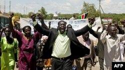 Hàng trăm người ở miền nam Sudan xuống đường biểu tình chống lại cuộc tấn công quân sự của bắc Sudan vào các thị trấn biên giới trong khu vực Abyei, ngày 23/5/2011