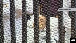 埃及前總統穆巴拉克8月3日在鐵籠中被推進法庭受審