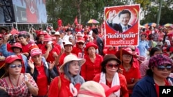 5月10日亲政府示威者在曼谷郊外举着前总理他信的肖像