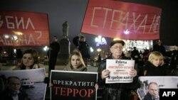 Các nhà hoạt động, cầm các biểu ngữ 'Hãy ngưng trò khủng bố' và 'Chúng tôi không sợ hãi', biểu tình yêu cấu điều tra đầy đủ vụ tấn công nhà báo Oleg Kashin