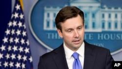 Phát ngôn viên Tòa Bạch Ốc Josh Earnest cho biết ông Obama sẽ không xét lại số binh sĩ Mỹ mà ông định duy trì ở Afghanistan để cố vấn và huấn luyện quân đội Afghanistan