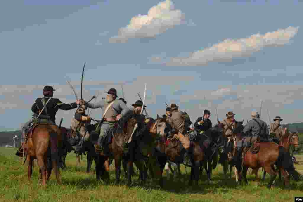 Лоб в лоб сошлись кавалеристы двух армий. Бой