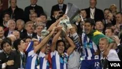 Para pemain Porto mengangkat piala setelah memenangkan Liga Europa UEFA dengan mengalahkan SC Braga 1-0 dalam final di Dublin, Rabu (18/5)