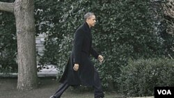 Prezidan Barack Obama k ap mache nan lakou La Mezon Blanch la Ozetazini