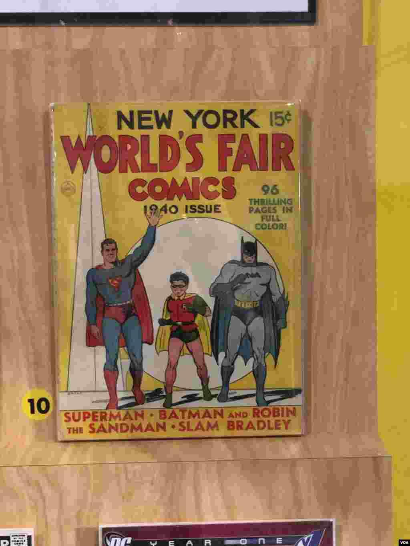 نمایشگاه ابرقهرمانها در واشنگتن - این اولین کتابی است که روی جلدش عکس بت موبیل چاپ شده و همچنین اولین نسخه ای که روی جلدش بتمن، رابین و سوپرمن در کنار هم قرار دارند. چاپ سال ۱۹۴۰ میلادی.