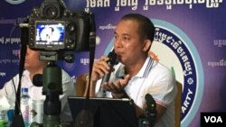 Khem Veasna, president of the League for Democracy Party, held a press conference during the party's 10th anniversary, Phnom Penh, Cambodia, June 26, 2016 . (Hul Reaksmey/VOA Khmer)