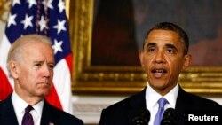 Tổng thống Obama nói về nạn nhân vừa trãi qua trận bão lốc ở Oklahoma. Đứng cạnh ông là Phó Tổng thống Joe Biden, 21/5/13