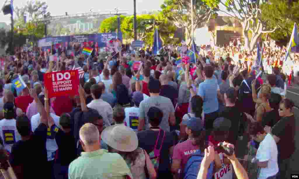 成千同性恋和支持者集会庆祝
