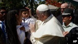 El papa Francisco saluda a un niño, hijo de una reclusa en la prisión de mujeres San Joaquín, en Santiago, Chile, el martes, 16 de enero de 2018.