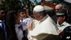 Pap Franswa ki t ap beni yon bebe nan Prizon San Joaquin nan Santyago Chili.