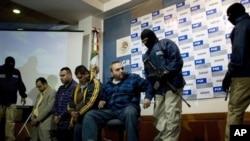 Jesus Zambada Garcia (tengah) satu dari empat pemimpin kartel Sinaloa dikawal oleh empat penjaga bermasker saat dihadapkan di depan wartawan pada konferensi pers pasca penangkapan mereka di Meksiko, 22 Oktober 2008 (Foto: dok).