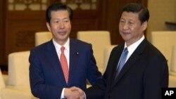 日本首相特使山口那津男(左)1月25日在北京人民大會堂﹐被中共總書記習近平接見並轉交了首相安倍給習近平的親筆信