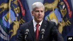 Gubernur Michigan, Rick Snyder berpidato dalam jumpa pers di Lansing, Michigan (11/12). Michigan menjadi negara bagian ke-24 yang menerapkan UU Hak Bekerja yang baru ditandatangani oleh Gubernur Snyder segera setelah disahkan oleh anggota DPR wilayah tersebut (AP Photo/Paul Sancya)