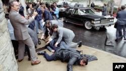 Покушение на президента Рональда Рейгана в 1981 г. На снимке видны раненые Джеймс Брэди и Томас Делаханти (архивное фото)