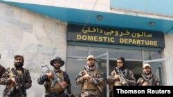 افراد مسلح طالبان در فرودگاه بینالمللی کابل، یک روز بعد از عقبنشینی کامل آمریکا از افغانستان – ۹ شهریور (۳۱ اوت) – عکس خبری