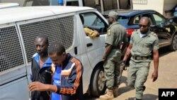 Des hommes arrêtés en lien avec la crise anglophone au Cameroun, devant le tribunal militaire de Yaoundé (Cameroun), le 14 décembre 2018.