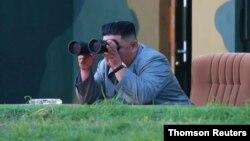 Lãnh tụ Triều Tiên Kim Jong Un theo dõi vụ phóng tên lửa hôm 25/7/2019