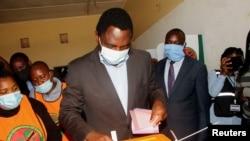 Mgombea Urais wa Chama cha Upinzani cha UPND Hakainde Hichilema alipokuwa akipiga kura Lusaka, Zambia, Agosti 12, 2021.