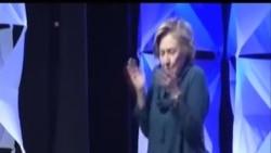 希拉里-克林頓演講時遭女子丟鞋