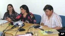 ڈاکٹر فوزیہ سعید پریس کانفرنس میں قانون کی تفصیلات بتا رہی ہیں
