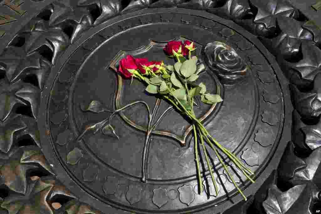 Năm hoa hồng đỏ được đặt trên tấm huy chương bằng đồng tại Khu Tưởng niệm Nhân viên Chấp pháp Quốc gia ở Washington, Mỹ, sau khi năm sĩ quan cảnh sát bị bắn chết ở thành phố Dallas hôm 7/7/16. Đây là một trong những vụ tấn công đẫm máu nhất nhắm vào lực lượng chấp pháp của Mỹ trong 100 năm qua và đánh dấu một cột mốc bi thương - đêm đẫm máu nhất đối với lực lượng cảnh sát kể từ những vụ tấn công khủng bố vào ngày 11 tháng 9 năm 2001.
