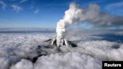 Tro và khói bốc lên từ Núi Ontake ở miền trung Nhật Bản, 27/9/2014.