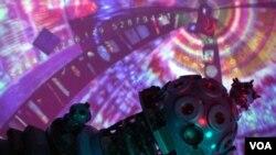 """Proyektor Carl Zeiss di Planetarium Albert Einstein Smithsonian, salah satu gambar yang diambil dari film """"Infinity Express: A 20-Minute Tour of the Universe""""."""