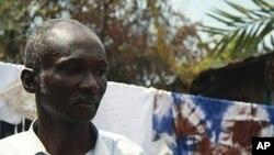 Felix Badila, un partisan de l'opposition à Goma, est resté chez lui, craignant d'être victime de violence, le 13 décembre 2011