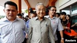រូបឯកសារ៖ នាយករដ្ឋមន្រ្តីម៉ាឡេស៊ីលោ Mahathir Mohamad ពេលមកជួបជាមួយនឹងមេដឹកនាំបក្សប្រឆាំងម៉ាឡេស៊ីដែលជាប់ពន្ធនាគារលោក Anwar Ibrahim នៅក្រុងកូឡាឡាំពួ កាលពីថ្ងៃទី១០ ខែមករា ឆ្នាំ២០១៨។