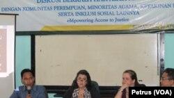 Direktur USAID Indonesia, Erin McKee (tengah) dan Konsul Jenderal Amerika Serikat di Surabaya Heather Variava, menghadiri dialog mengenai hak asasi manusia di kantor LBH Surabaya, Rabu, 26 April 2017 (Foto: VOA/Petrus)