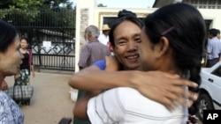 지난해 11월 버마 랑군 교도소에서 석방된 정치범이 가족들과 기뻐하고 있다.