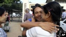 11月15日在仰光一座监狱外面,获得释放的一名身穿蓝色衣服的人受到家人的拥抱欢迎