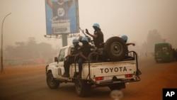 Des casques bleus du Rwanda patrouillent à Bangui, en Centrafrique, le 12 février 2016.